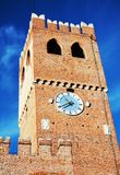 Turm, Schloss, alte Wände gegen blauen Himmel, in Castelfranco Venetien, Italien, Europa Stockfotos