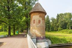 Turm und Brücke Pele über dem Slavyanka-Fluss Pavlovsk Russland Stockbilder