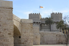Turm und Brücke Serranos in Valencia, Spanien stockbild