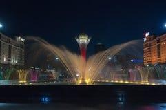 Turm- und Brunnenshow Bayterek nachts Stockfoto