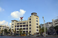 Turm und Verkehr von Straße Ratchadamnoen Klang in Bangkok Thailand Lizenzfreies Stockfoto