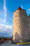 Turm und Weg auf externen Wänden mittelalterlicher Stadt Carcassonne Lizenzfreie Stockfotos