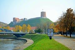 Turm von Gediminas-Ansicht - nebeln Sie in Vilnius-Stadt ein Lizenzfreie Stockfotos