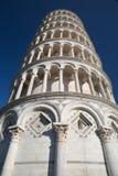 Turm von Pisa lehnend auf Ihnen Stockfotos