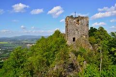Turm von Schlossruinen auf einem Hügel Stockfotografie