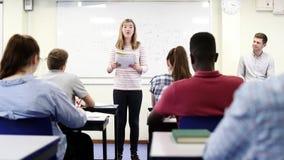 Turma da escola secundária de Giving Presentation To do estudante fêmea na lição da ciência