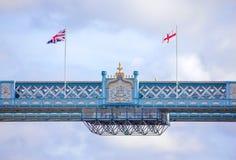 Turmbrücke und -flaggen Lizenzfreies Stockfoto