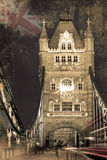 Turmbrücken- und -autolichter schleppen in London Stockfoto