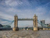 Turmbrückenpanorama in London gesehen von der Themse Stockbild