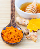 Turmeric και μέλι για τη φροντίδα δέρματος στοκ εικόνες
