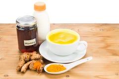 Turmeric ρίζες με τα ποτά γάλακτος και μελιού για την ομορφιά και την υγεία Στοκ Εικόνες