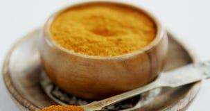 Turmeric σκόνη στο πιάτο 4k φιλμ μικρού μήκους