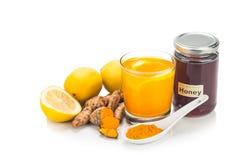 Turmeric korzenie z cytryną i miodowymi napojami, potężny leczniczy bev Zdjęcia Stock