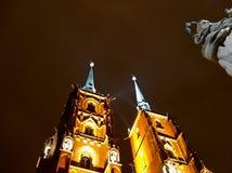 Turmkirche und -skulptur Lizenzfreie Stockfotografie