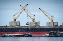 Turmkran auf Boot Stockbilder