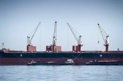 Turmkran auf Boot Stockfotos