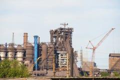 Turmkran auf dem Gebiet der Anlage für die Rekonstruktion von Produktionsanlagen Lizenzfreies Stockbild