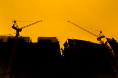 Turmkran auf einer Baustelle bei Sonnenaufgang Stockfotos