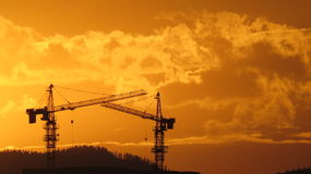 Turmkran bei Sonnenuntergang Stockfotos
