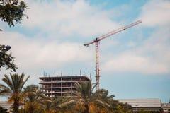 Turmkran in der Baustelle über blauem Himmel mit Wolken Lizenzfreie Stockfotos