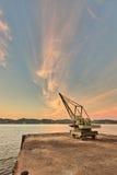 Turmkran, der durch den Flusshafen hält Lizenzfreies Stockfoto