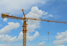 Turmkran mit blauem Himmel Lizenzfreie Stockbilder