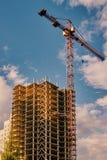 Turmkran nahe bei Neubau lizenzfreies stockbild