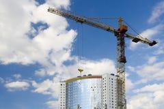 Turmkran und neues Gebäude Lizenzfreie Stockfotografie