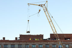 Turmkran und nicht identifizierte Erbauer auf dem Bau des Gebäudes Lizenzfreie Stockfotografie