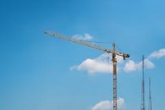 Turmkran und Radiotürme Stockfoto