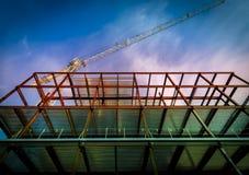 Turmkran- und Stahlkonstruktion Stockbild