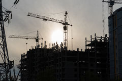 Turmkranarbeit, am Abend auf der Baustelle Lizenzfreies Stockfoto