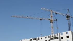 Turmkrane gegen blauen Himmel Lizenzfreie Stockbilder