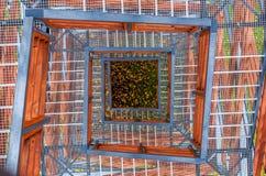 Turmtreppe hergestellt vom Metall und vom Holz stockbild