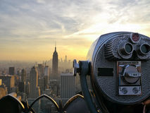 Turmzuschauer-Teleskopferngläser über dem Schauen der New- York Cityskyline Stockfotografie