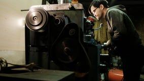 Turner arbeitet an einer Drehendrehbank an der Metallbaufabrik Metallindustrie Maße mit einem Tasterzirkel lizenzfreie stockfotos