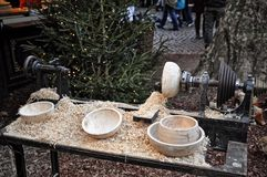 Turner de madeira que crafting no mercado do Natal, água de Colônia, Alemanha Imagem de Stock