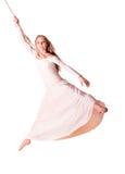Turner der jungen Frau im weißen Kleid auf Seil. Lizenzfreies Stockfoto