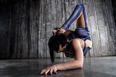 Turner des jungen Mädchens, der extrem flexible Tricks macht stockbilder