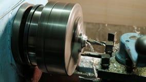Turner está trabalhando em um torno de giro na fábrica das construções do metal Indústria pesada e trabajo em metal Metal da prec fotos de stock