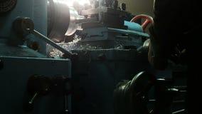 Turner est? trabajando en un torno de torneado en la f?brica de las construcciones met?licas Industria de metal almacen de video
