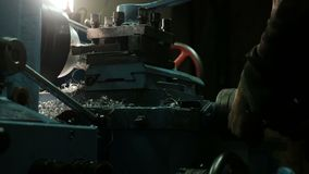 Turner est? trabajando en un torno de torneado en la f?brica de las construcciones met?licas Industria de metal metrajes
