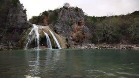 Turner Falls Waterfall en las montañas de Arbuckle de Oklahoma almacen de video