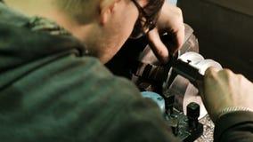 Turner mide las dimensiones del objeto del metal con un calibrador Trabajo sobre un torno almacen de video