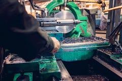 Turner pracownik kieruje metalworking proces machinalny rozcięcie na tokarce obrazy royalty free