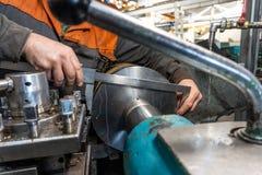 Turner pracownik kieruje metalworking proces machinalny rozcięcie na tokarce fotografia royalty free