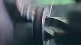 Turner pracuje na kręcenie tokarce przy metal budowami fabrycznymi zbiory