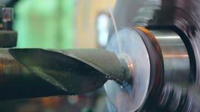 Turner pracuje na kręcenie tokarce przy metal budowami fabrycznymi zdjęcie wideo
