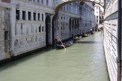 Turnera av kanalerna av Venedig med gondolen Royaltyfri Fotografi