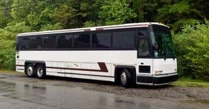 Turnera bussen som parkeras i regnet Arkivbild